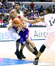 Mike Cortez splits the defense of AJ Mandani and Mark Yee. (PBA Images)