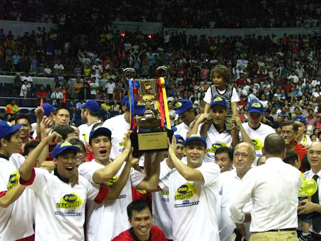The Llamados celebrate their first title since the 2009-10 season.