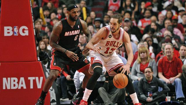Basketball - Bulls beat Heat, leaders Pacers lose again