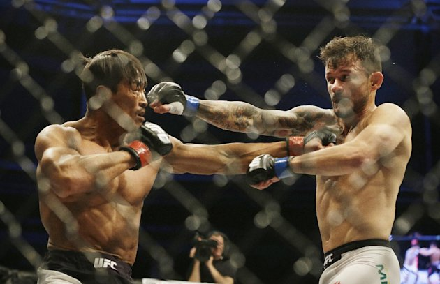 Alberto Mina, right, of Brazil fights with Yoshihiro Akiyama of Japan during their Welterweight bout at the UFC Fight Night Seoul in Seoul, South Korea, Saturday, Nov. 28, 2015. Mina defeated Akiyama via split decision.(AP Photo/Ahn Young-joon)