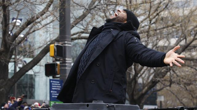 NFL  - Ravens' Lewis delights fans with dance at Super Bowl parade