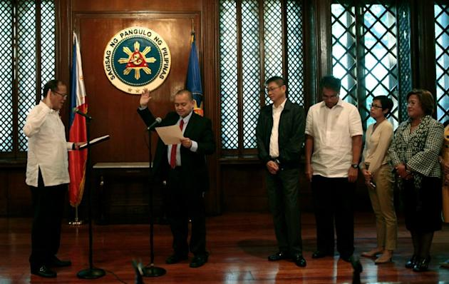 President Benigno Aquino III swears in newly appointed Supreme Court Associate Justice Marvic Leonen at the President's Hall, Malacañan Palace, Nov. 21, 2012. (Photo by the Malacañang Photo Bureau)
