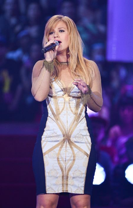 "Kelly Clarkson not only wowed the MMVA crowd with her show-stopping performance of ""Stronger"" and Dark Side"" but her form-fitting futuristc dress had people talking. The former ""American Idol"" winner"