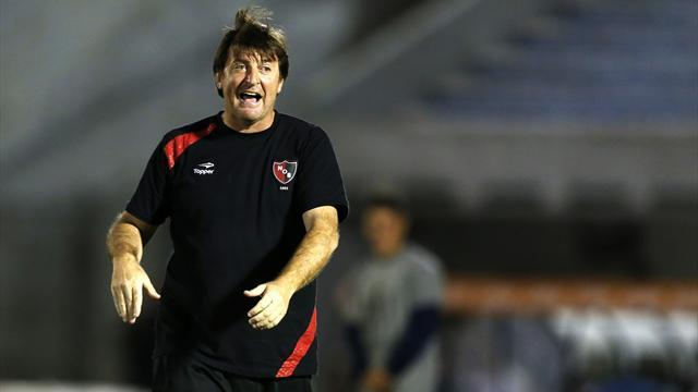 South American Football - Tata's successor Berti quits Newell's after Libertadores exit