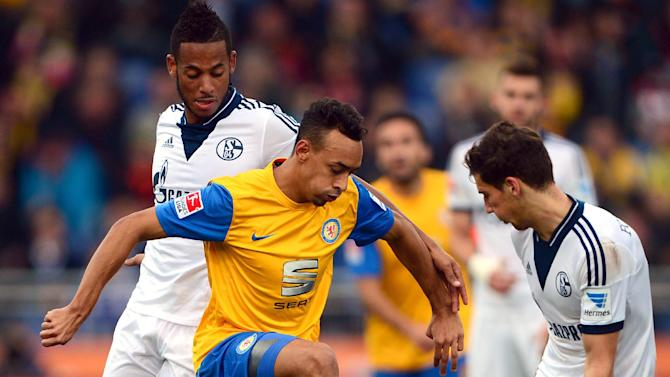 Braunschweig's Karim Bellarabi, center, and Schalke's Dennis Aogo , left, and Leon Goretzka, right, challenge for the ball during the German first division Bundesliga soccer match between Eintracht Braunschweig and FC Schalke 04 in Braunschweig, Germany, Saturday, Oct. 19, 2013