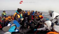 Photo tirée d'une vidéo de la garde côtière du 22 avril 2015 montrant l'opération de sauvetage des migrants au large de la Sicile