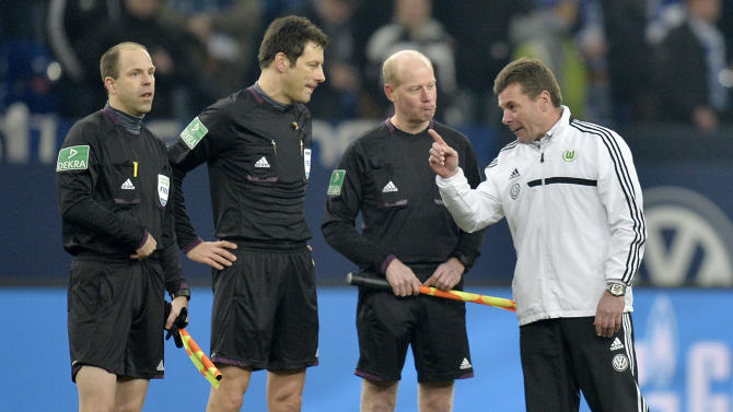 Wolfsburg head coach Dieter Hecking talks to referee Wolfgang Stark and his linesmen after  the German Bundesliga soccer match between FC Schalke 04 and VfL Wolfsburg in Gelsenkirchen,  Germany, Saturday, Feb. 1, 2014. Schalke defeated Wolfsburg with 2-1
