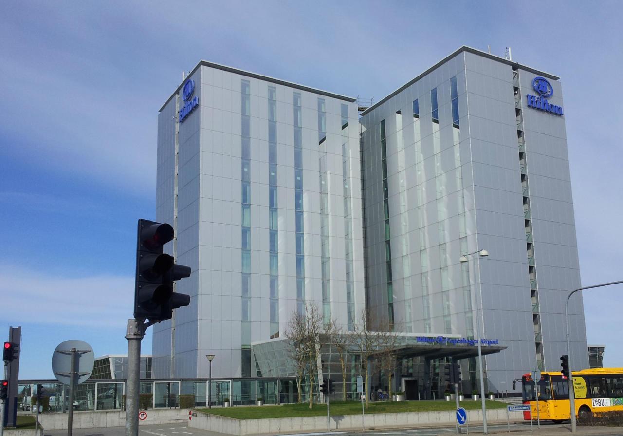 En la cadena Hilton se puede optar a ser gerente de hotel sin necesidad de estudios universitarios. La empresa también busca actualmente recepcionistas o amas de llaves en Glassdoor, que le da una nota como empresa de 4 sobre 5. (Foto: Wikimedia Commons).