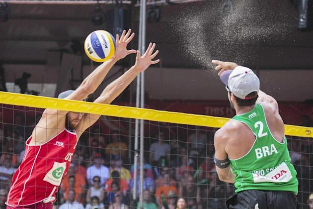 33345262. The Hague (Netherlands), 19/06/2015.- Bruno Oscar Schmidt (R) from Brazil and Theodore Brunner (L) from the United States during the semi finals of the Beach Volleyball World Champions 2015