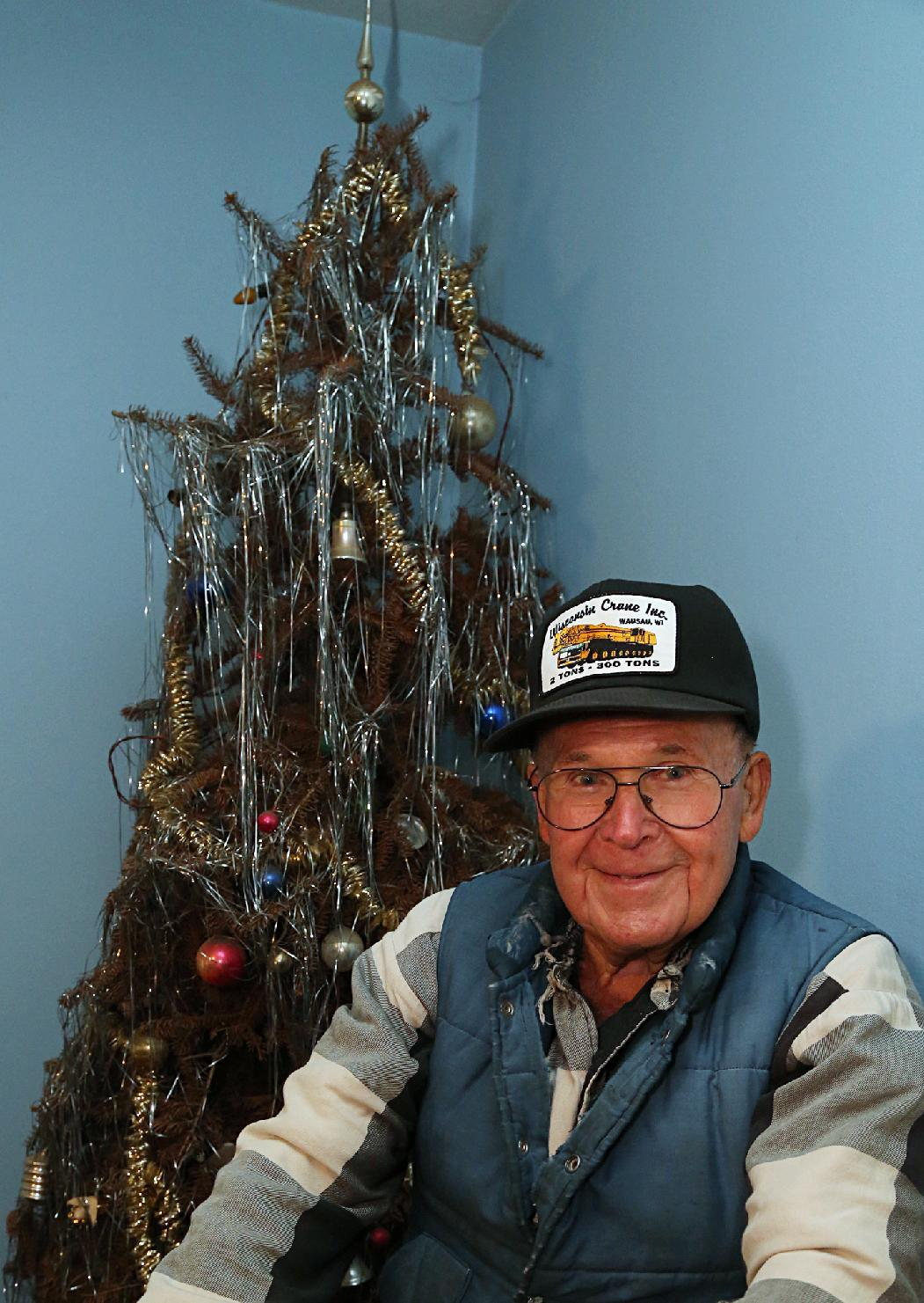 Wisconsin man celebrates 40 Christmases with 1 tree