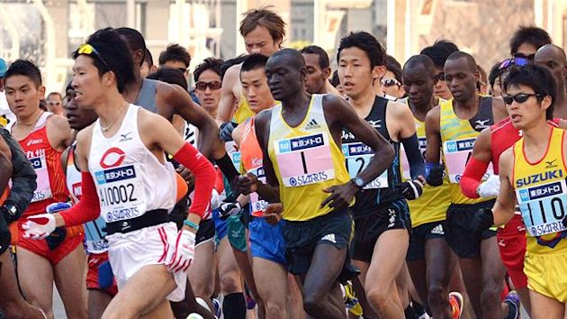 Dennis Kimetto of Kenya (C-#1) runs with the pack at the start of the Tokyo Marathon (AFP)