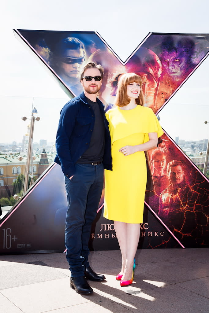 這對銀幕情侶再次曬出美照,戲外感情非常要好的兩人默契十足,讓粉絲期待在電影中分別飾演正反兩派的他們將如何交手。