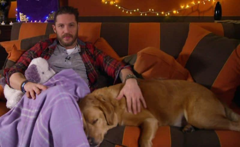 <p>四、湯姆哈迪(Tom Hardy):《猛毒》英國男星湯姆哈迪是個標準的愛狗狂,經常在社群網站上分享自己與狗兒的親密照,甚至在路上看到別人家的狗,也會蹲下來互動一番。而他的愛犬之一伍士塔克(Woodstock)是他在路邊撿回家的流浪狗,曾跟著湯姆哈迪出席了不少電影首映活動。不過伍士塔克已在2017年過世,湯姆哈迪也在IG上發佈了消息,並放上自己跟伍士塔克的合照,表示會永遠懷念牠。(圖:Yahoo Lifestyle Singapore) </p>