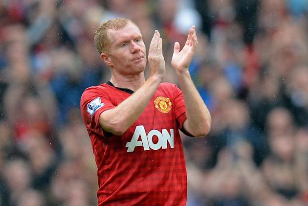 Manchester United's English midfielder Paul Scholes acknowledges the crowd on May 12, 2013