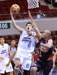 San Mig's PJ Simon goes for a lay-up against Rain or Shine's Paul Lee. (PBA Images)