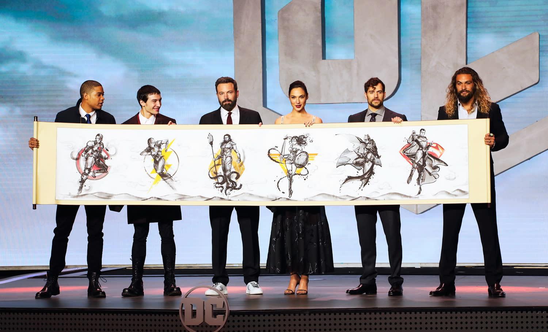 <p>在首映現場上,六位主角也收到了主辦單位送的巨大水墨畫捲軸,以中國畫風來重新詮釋正義聯盟的成員。 </p>