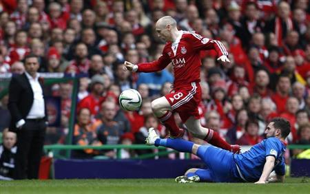 Inverness Caledonian Thistle's Graeme Shinnie challenges Aberdeen's Willo Flood (R) during their Scottish League Cup final soccer match at Celtic Park Stadium, Glasgow, Scotland March 16, 2014. REUTERS/Russell Cheyne