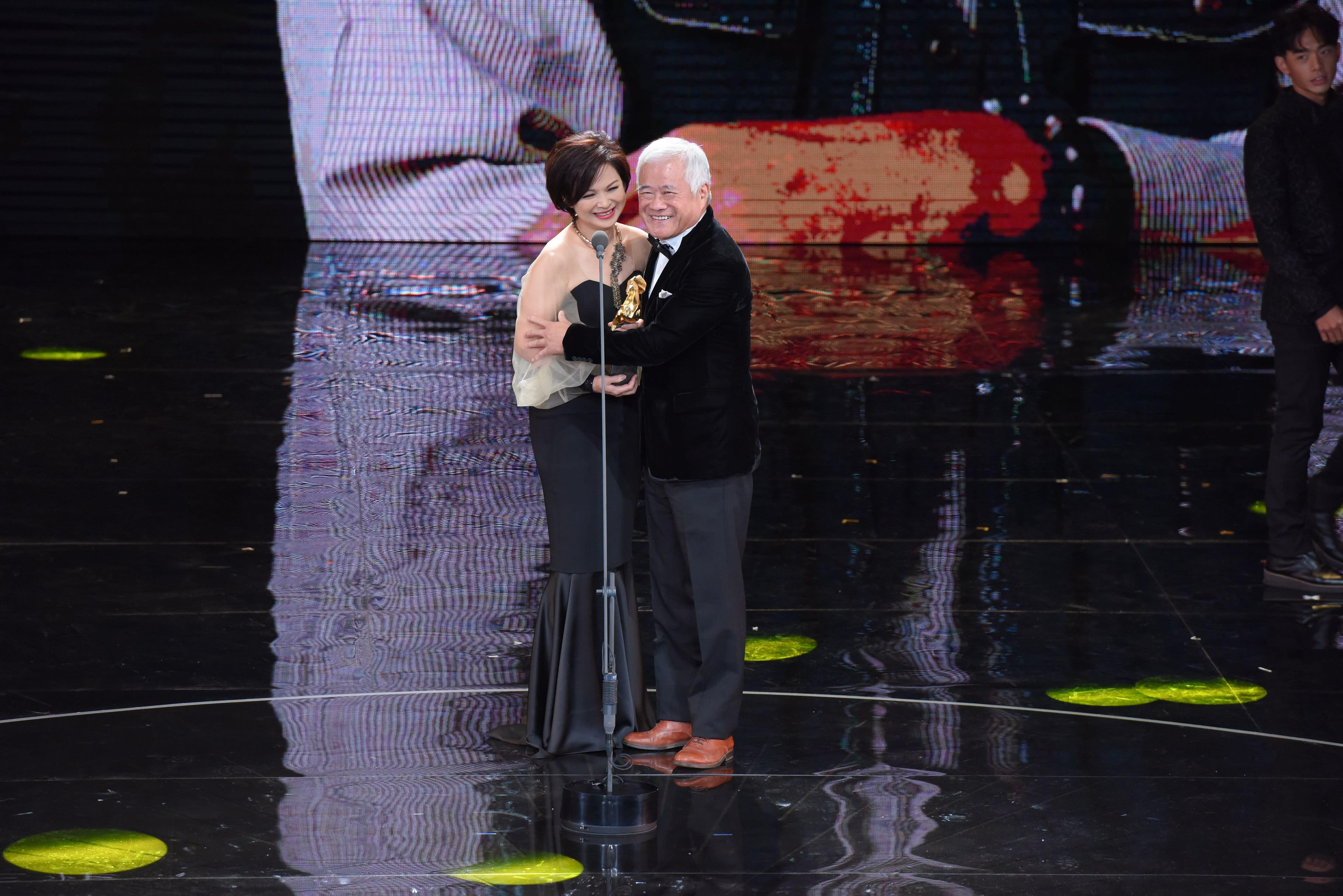 <p>第54屆金馬年度台灣傑出電影工作者,頒給國寶級擬音師胡定一。胡定一登台領獎時與頒獎人楊貴媚(左)擁抱致意。(影像:金馬執委會提供) </p>