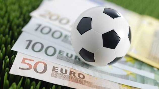 Football and money (Imago)