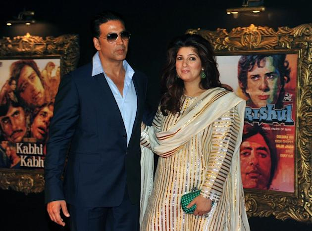 Indian Bollywood film actor Akshy Kumar (L) and his wife Twinkle Khanna pose on the red carpet at the premiere of the Hindi film 'Jab Tak Hai Jaan' in Mumbai on November 12, 2012.   AFP PHOTO