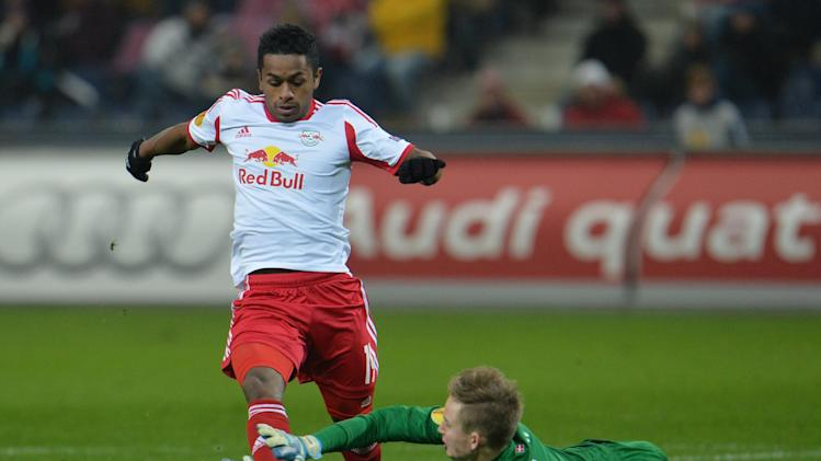 Salzburg's Reyna Yordy, left, and Esbjerg's Frederik Roennow challenge for the ball  during the Europa League group C soccer match  between Red  Bull Salzburg and Esbjerg fB  in Salzburg , Austria, Thursday, Dec  12, 2013