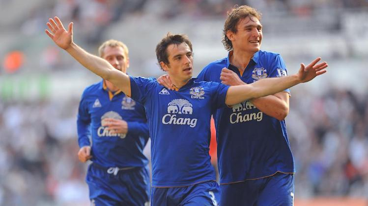 Leighton Baines (centre)