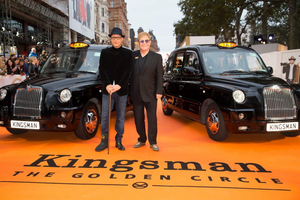 <p>在倫敦首映現場上,兩台計程車並排迎接金士曼與仕特曼的大駕光臨。(圖:導演馬修范恩、艾爾頓強) </p>