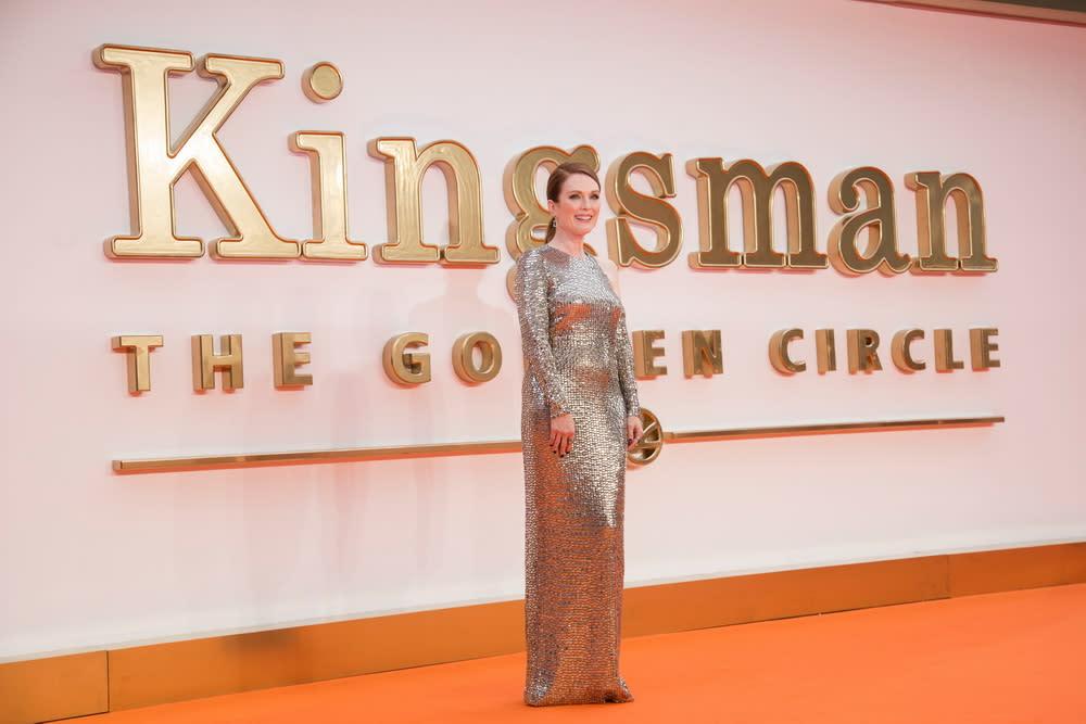 <p>茱莉安摩爾穿上一席銀色鎖子甲式禮服,將迷人曲線展露無遺。 </p>