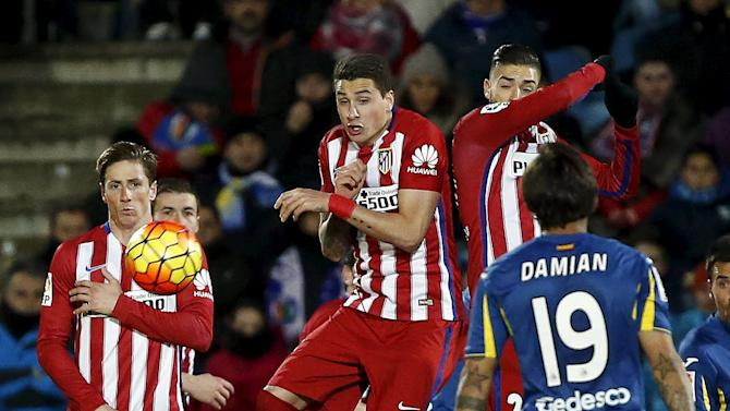 Atletico Madrid's Yannick Carrasco, Jose Maria Gimenez and Fernando Torres in action in front of Getafe's Damian Suarez