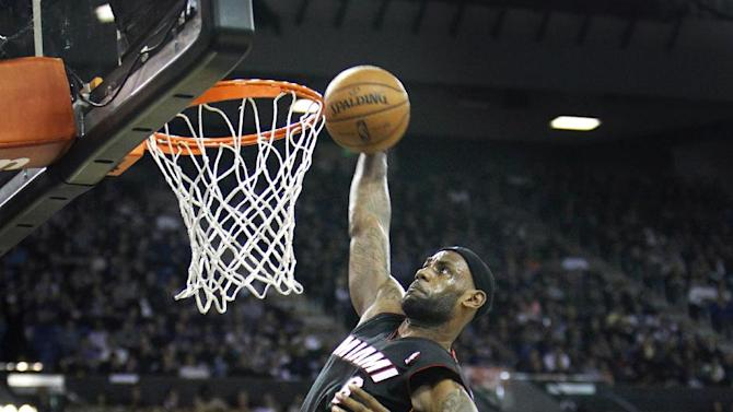 Banged-up LeBron sits out 1-point win over Blazers