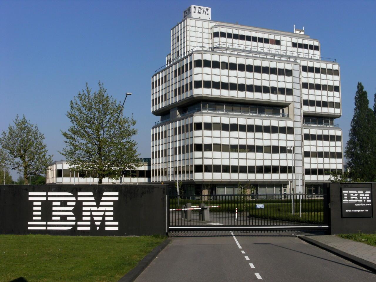 Es uno de los gigantes tecnológicos, pero IBM no obliga a muchos de sus empleados a contar con una carrera universitaria. En la actualidad requiere por ejemplo ingenieros de blockchain o profesional de contratos y negociaciones. Obtiene un 3,4 de Glassdoor. (Foto: Wikimedia Commons).