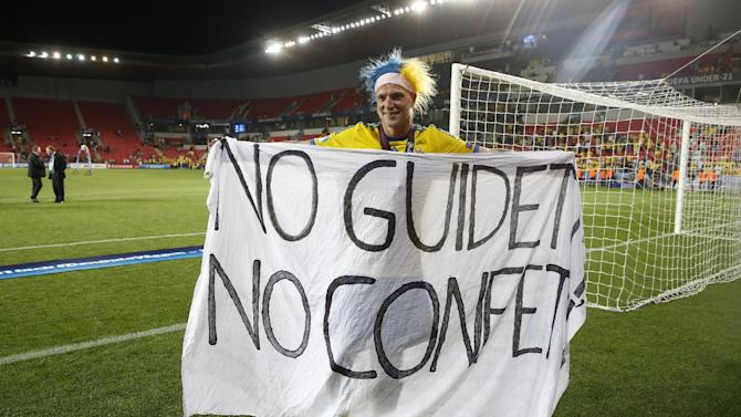 SOC: Sweden's John Guidetti celebrates their win after the game with a banner