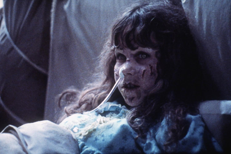 <p>第二名.《大法師》小女孩:在1973年問世之後,劇組發生太多實在難以解釋的事,甚至就連參與的幕後人員也連續離奇死亡,讓這部《大法師》蒙上了更多神祕色彩。片中最著名的莫過於那名遭惡靈附身的小女孩,其詭異語調和怪誕行為都令觀眾難忘,而那段下腰倒爬樓梯的駭人場景更是留名影史。在那個毫無電腦特效的年代,這場戲的拍攝方式至今仍令人津津樂道,也讓這位小女孩成為恐懼總和的答案。(圖:Yahoo US) </p>