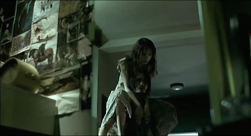 <p>第四名.《鬼影》被背著的娜妲:堪稱泰國最聞名的鬼片,2004年的《鬼影》至今仍是不少影迷心目中繼《七夜怪談》之後最有影響力的靈異電影,也奠定了「泰國鬼片恐怖保證」的形象。《鬼影》男主角莫名體重增加,小沙彌望著男主角上方而露出驚恐眼神的暗示,不僅完美鋪陳了電影最終的真相,也讓「拿相機自拍」成為當年最恐怖的行徑之一。(圖:嘉禾影業) </p>
