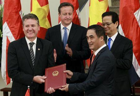 Blackburn receives a degree to issue government bond from Ha in Hanoi