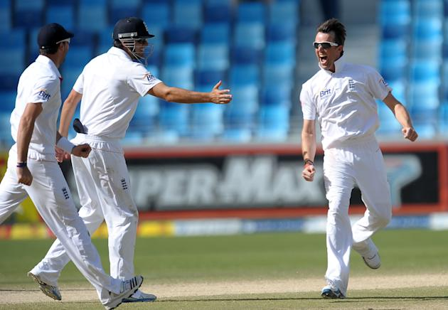 England's Graeme Swann (R) celebrates with his teammates after he dismissed Pakistan's cricketer Abdul Rehman (unseen) on the third day of the third and final Test match between Pakistan and England a