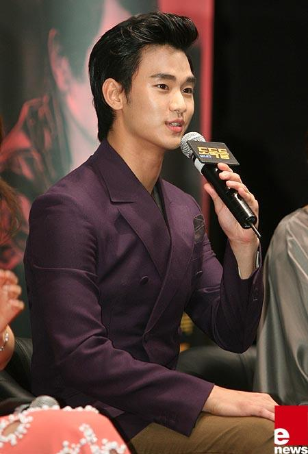 Kim Soo Hyun Talks about Kissing with Jun Ji Hyun for 'The Thieves′