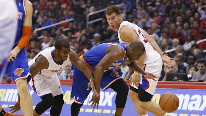 New York Knicks' Raymond Felton, center, takes the ball between Los Angeles Clippers' Chris Paul, left, and Blake Griffin, right, during the first half of an NBA basketball game in Los Angeles, Wednesday, Nov. 27, 2013