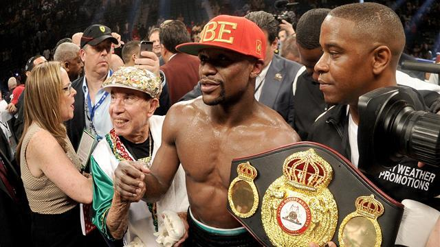 Boxing - Mayweather remains perfect with win over Maidana