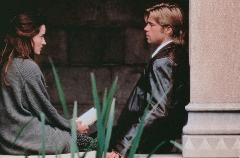 <strong>《致命突擊隊》The Devil's Own布萊德彼特(Brad Pitt)</strong>:這部在道德上極為模糊的1997年動作片,曾害得布萊德彼特在拍攝時陷入兩難處境。他在片中飾演一名愛爾蘭共和軍逃犯,卻遭到不知情的警察所收留。<br><br>據傳布萊德彼特在拍攝現場上和哈里遜福特爆發衝突,因此有意掛冠求去,卻遭到製片們威脅要將他告上法院,求償高達數百萬美金,他才不得不打消念頭。劇本在拍攝過程中一再修改,而這也令布萊德彼特大為不滿,更稱本片是「我所見過最不負責任的拍片方式,如果你還能稱此為拍片的話。」<br><br>他日後補充道:「我所熱愛的劇本早就消失無蹤了。我猜人們都各有不同視野,這也沒什麼好爭的。」(圖:Columbia)