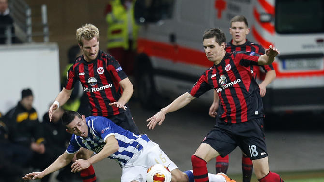 Frankfurt's Stefan Aigner, left, and Frankfurt's Johannes Flum, right, and Porto's Hector Herrera challenge for the ball during a Europa League round of 32 second leg soccer match between Eintracht Frankfurt and FC Porto in Frankfurt, Germany, Thursday, Feb. 27, 2014
