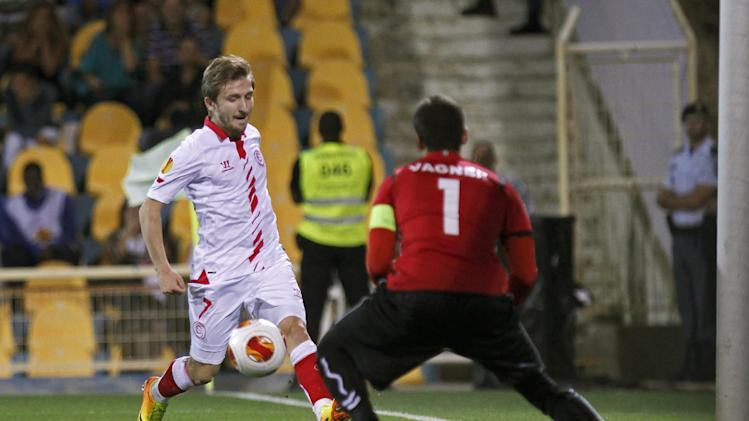 Sevilla's Marko Marin from Germany challenges Estoril's goalkeeper Vagner Silv from Brazil, right, during their Europa League group H soccer match at the Antnio Coimbra da Mota stadium in Estoril, near Lisbon, Thursday, Sept. 19, 2013