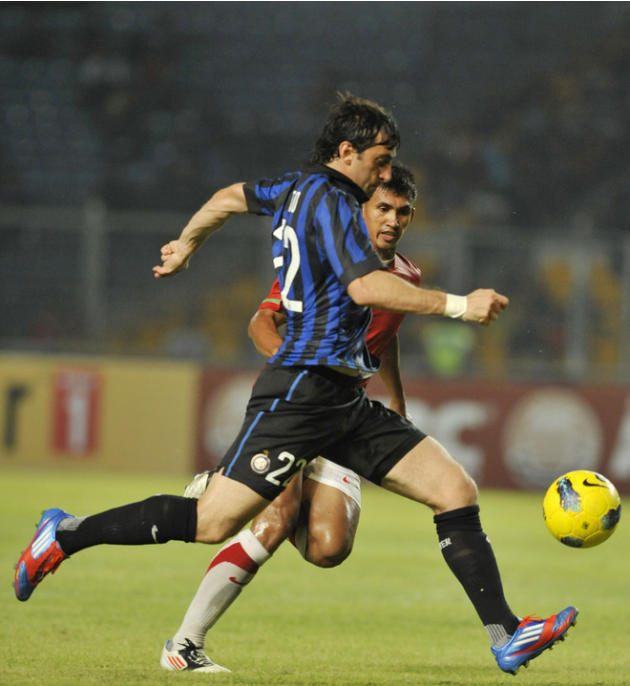 Inter Milan's Diego Milito (L) Vies AFP/Getty Images