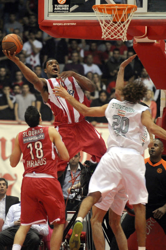 Olympiakos Piraeus' Kyle Hines (L) Jumps AFP/Getty Images