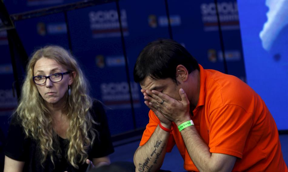 Supporters of Argentina's ruling party presidential candidate Scioli react at the campaign headquarters in Buenos Aires