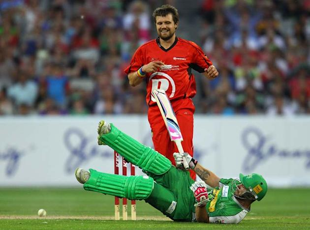 MELBOURNE, AUSTRALIA - JANUARY 07:  Dirk Nannes of the Renegades attempts to run out Matthew Wade of the Stars during the T20 Big Bash League match between the Melbourne Stars and the Melbourne Renega