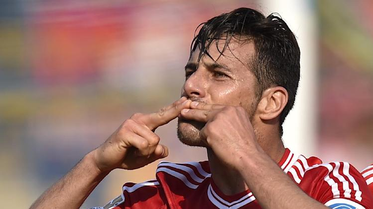 Bayern's Claudio Pizarro of Peru sends kisses to fans after scoring during the German Bundesliga soccer match between Eintracht Braunschweig and Bayern Munich in Braunschweig, Germany, Saturday, April 19, 2014