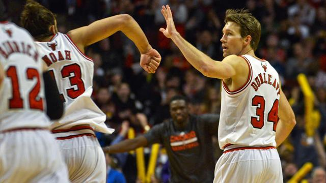 Basketball - Bulls find range to shoot down Rockets