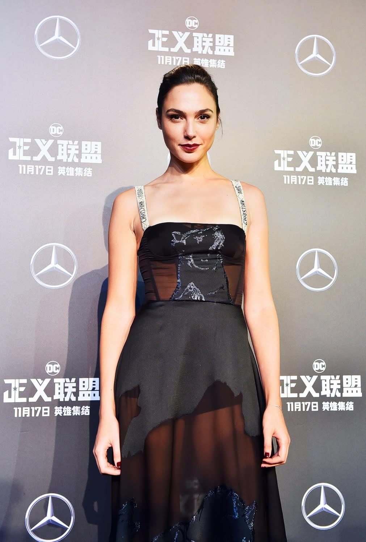 <p>作為《正義聯盟》的一點紅,蓋兒加朵穿上了一襲Christian Dior無袖黑色禮服,配上印有經典標誌的肩帶,以及Gianvito Rossi高跟鞋,再加上大膽的冶豔紅唇,在經典優雅中又帶有一抹性感。 </p>