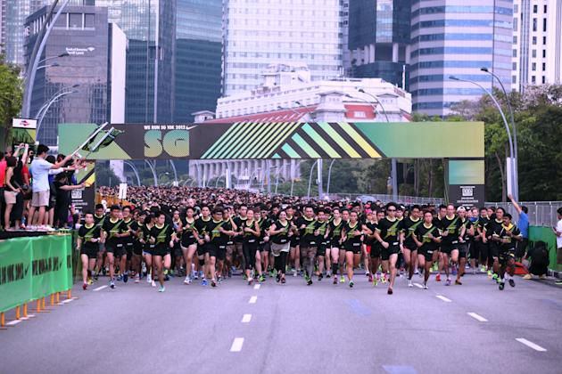 The first wave of runners flagged off at the Esplanade Bridge (Photo courtesy of Nike Singapore)